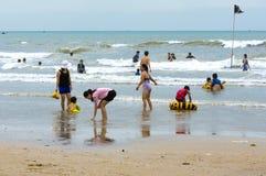 Vungtau, Vietnam - Januari 29, 2018: Vietnamese families die op het strand in Vung-Tau spelen, Vietnam royalty-vrije stock fotografie