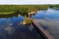 Vuoksa河和圣安德鲁教会最初叫的航拍 列宁格勒地区,俄罗斯 免版税库存图片