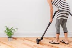 Vuoto della donna che pulisce la stanza Immagini Stock Libere da Diritti