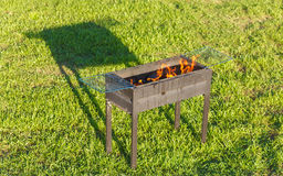 Vurenbarbecue na het Opvlammen van Firestarter-Vloeistof Stock Fotografie