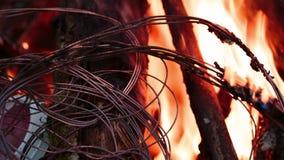 Vurendraad in brand stock video