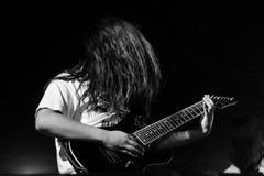 vurige gitaar tegen zwarte achtergrond Royalty-vrije Stock Afbeeldingen