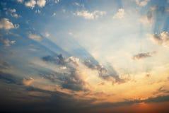 Vurige hemel met wolken bij zonsondergang royalty-vrije stock afbeelding