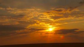 Vurige oranje zonsonderganghemel stock footage