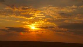 Vurige oranje zonsonderganghemel stock video