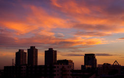 Vurige oranje zonsonderganghemel Mooie hemel Stock Foto's