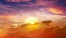 Vurige oranje zonsonderganghemel Mooie hemel Stock Afbeeldingen