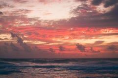 Vurige pastelkleur roze zonsondergang stock foto