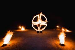 Vurige stroken tijdens fireshow bij nacht Royalty-vrije Stock Afbeeldingen