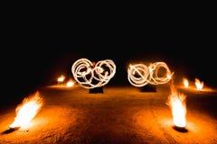 Vurige stroken tijdens fireshow bij nacht Royalty-vrije Stock Foto