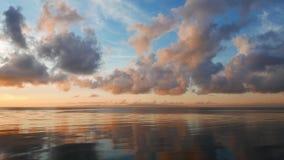 Vurige wolken over de oceaantijdtijdspanne stock video