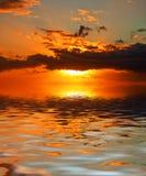 Vurige zonsondergang Stock Afbeeldingen