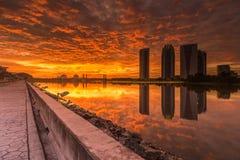 Vurige Zonsondergang bij een Dam Stock Foto's