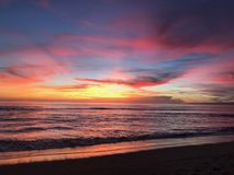 Vurige zonsondergang over de oceaan stock foto