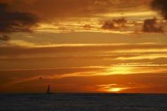 Vurige zonsondergang over oceaanhawaï Royalty-vrije Stock Foto