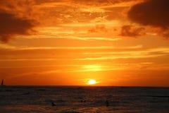 Vurige zonsondergang over oceaanhawaï Stock Afbeelding