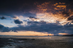 Vurige Zonsondergang in Teluk Sisek Royalty-vrije Stock Afbeeldingen