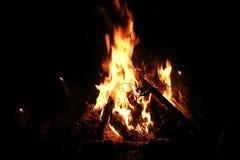 Vuur bij nacht en kaarsen Stock Foto's