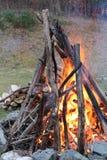 Vuur bij schemer stock afbeeldingen