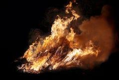 Vuur brandende bomen bij nacht Brand op zwarte Helder, hitte, licht, het kamperen, groot vuur Royalty-vrije Stock Afbeeldingen