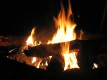 Vuur in de nacht stock afbeelding