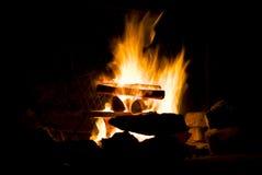 In vuur en vlam kampvuur stock afbeelding