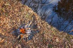 Vuur op de banken van de kreek in het de lente bosweergeven van hierboven royalty-vrije stock foto's