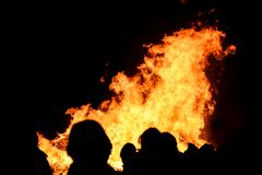 Vuurgebrul met reusachtige vlammen op Guy Fawkes Night stock foto's