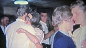 VUURSTEEN, MICHIGAN 1955: Koele tienerjaren die in ouderskelderverdieping dansen voor zoete partij 16 stock videobeelden