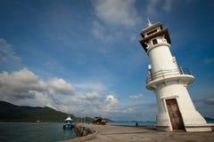 Vuurtoren bij de overzeese pijler op het eiland van Ko Chang Stock Afbeeldingen