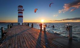 Vuurtoren bij Meer Neusiedl bij zonsondergang Stock Foto's