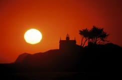 Vuurtoren bij zonsondergang Stock Foto's