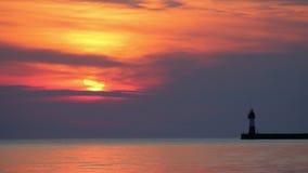 Vuurtoren bij zonsondergang stock videobeelden