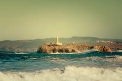 Vuurtoren in de grote golven, onweer in Mouro, Santander Royalty-vrije Stock Afbeelding