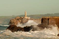 Vuurtoren in de grote golven, onweer in Mouro, Santander Stock Foto's