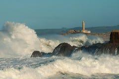 Vuurtoren in de grote golven, onweer in Mouro, Santander Stock Foto