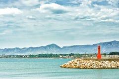 Vuurtoren in de haven van Cambrils, Costa Dorada, Spanje Royalty-vrije Stock Foto's