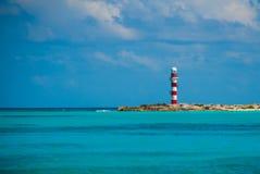 Vuurtoren dichtbij het strand Mooie overzees Mexico, Cancun royalty-vrije stock afbeelding