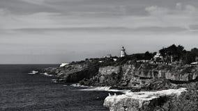 Vuurtoren dichtbij kust Royalty-vrije Stock Foto