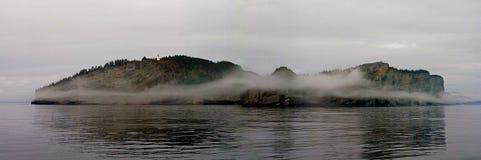 Vuurtoren die mistige Kaap Gaspe overzien Royalty-vrije Stock Afbeeldingen