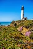 Vuurtoren die zich op de grote zekere kustlijn van Californië op vreedzaam bevinden royalty-vrije stock fotografie