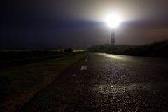 Vuurtoren die zijn licht in de nacht glanst Royalty-vrije Stock Foto