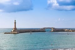 Vuurtoren in het overzees Alexandrië in Egypte almontazah stock foto's