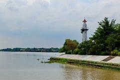 Vuurtoren langs de rivier wordt gevestigd die royalty-vrije stock foto's
