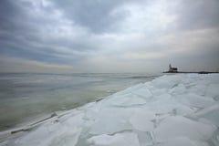 Vuurtoren, Lighthouse. Vuurtoren 'Paard van Marken ' met kruiend ijs Nederland, Lighthouse 'Paard van Marken ' with drifting ice Netherlands stock image