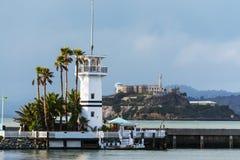 Vuurtoren met Alcatraz-eiland op de achtergrond stock foto's
