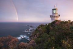Vuurtoren met regenboog Stock Afbeelding