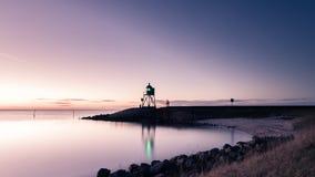 Vuurtoren met zonsondergangachtergrond Royalty-vrije Stock Afbeeldingen