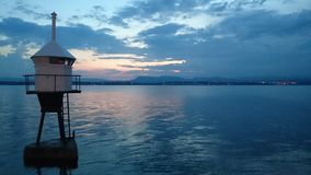 Vuurtoren na zonsondergang Royalty-vrije Stock Afbeeldingen