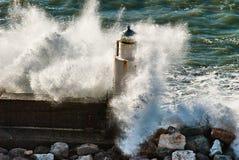 Vuurtoren onder de macht van de golven royalty-vrije stock afbeelding